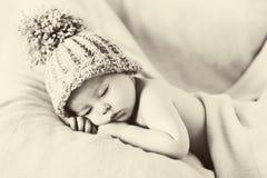 Piccolo neonato splendido con un grande cappello Immagini Stock