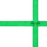 Piccolo nodo verde dell'arco sul nastro d'attraversamento del raso due Immagini Stock