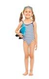 Piccolo nuotatore che sta con le alette e gli occhiali di protezione Fotografie Stock