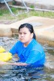 Piccolo nuoto asiatico arrabbiato della ragazza nella piscina immagine stock