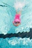 Piccolo nuoto asiatico della ragazza nello stagno Immagini Stock Libere da Diritti
