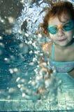 Piccolo nuoto felice della ragazza del bambino subacqueo Fotografia Stock