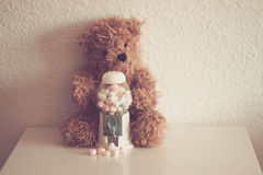 Piccolo orso con caramelle Stock Images