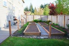 Piccolo orto in cortile posteriore recintato. fotografia stock libera da diritti