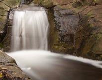 Piccolo paesaggio della cascata con esposizione lunga Immagine Stock