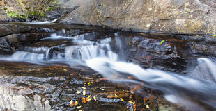 Piccolo paesaggio della cascata con esposizione lunga in fiume Immagine Stock