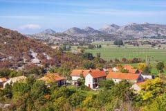 Piccolo paesino di montagna nelle alpi di Dinaric il giorno soleggiato di autunno La Bosnia-Erzegovina Fotografia Stock