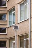 Piccolo pannello solare vicino ad un caseggiato Fotografia Stock Libera da Diritti