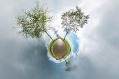 Piccolo panorama sferico del pianeta 360 gradi Vista aerea sferica nel campo nel giorno piacevole con le nuvole impressionanti Cu illustrazione di stock