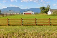 Piccolo pascolo recintato sull'azienda agricola di hobby fotografie stock libere da diritti