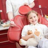 Piccolo paziente alla clinica dentale immagini stock libere da diritti