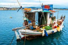 Piccolo peschereccio tradizionale, galleggiante nel mar Mediterraneo Immagine Stock