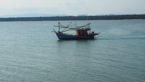 Piccolo peschereccio tradizionale sui mari calmi video d archivio