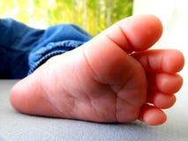Piccolo piede del bambino, piccole dita del piede immagini stock libere da diritti