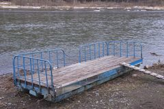 piccolo pilastro del fiume gettato a terra fotografia stock