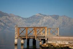 Piccolo pilastro di legno sul lago Garda Immagine Stock Libera da Diritti