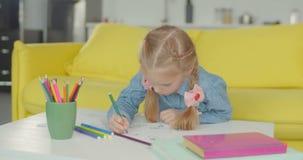 Piccolo pittore con il materiale illustrativo ritenuto del disegno a penna di tp stock footage
