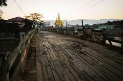 Piccolo ponte di legno con il fondo della pagoda immagine stock libera da diritti