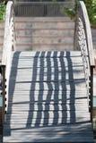 Piccolo ponte di legno in un parco fotografie stock libere da diritti