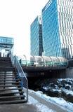 Piccolo ponte moderno in città sull'inverno Fotografie Stock