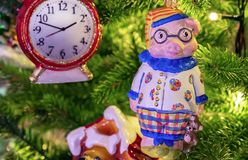 Piccolo porcellino Simbolo dell'anno decorazioni dell'Natale-albero immagini stock