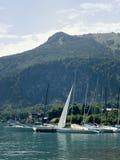 Piccolo porto nel lago della montagna di Wolfgangsee Yacht ancorati, tempo soleggiato Fotografia Stock Libera da Diritti