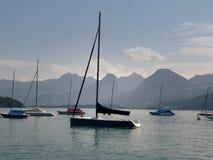Piccolo porto nel lago della montagna di Wolfgangsee Yacht ancorati, tempo soleggiato Fotografie Stock Libere da Diritti