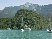 Piccolo porto nel lago della montagna di Wolfgangsee Yacht ancorati, tempo soleggiato Immagini Stock Libere da Diritti