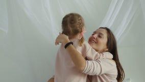 Piccolo presente della figlia un giocattolo della peluche a sua madre stock footage