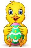 Piccolo pulcino del fumetto che tiene l'uovo di Pasqua illustrazione vettoriale
