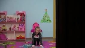 Piccolo ragazza attiva sta saltando