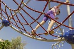 Piccolo ragazza della scuola del principiante che gioca al campo da giuoco immagine stock libera da diritti