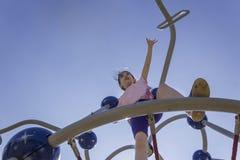 Piccolo ragazza della scuola del principiante che gioca al campo da giuoco fotografia stock