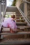 Piccolo ragazza graziosa con la scalata delle perle fotografia stock