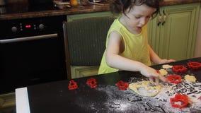 Piccolo ragazza graziosa del bambino che produce i biscotti del pan di zenzero della cannella Concetto 2019 del nuovo anno e di N archivi video