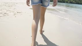 Piccolo ragazza sveglia che cammina sulla spiaggia archivi video
