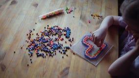 Piccolo ragazza sveglia che gioca con il mosaico variopinto archivi video