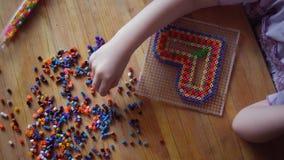 Piccolo ragazza sveglia che gioca con il mosaico variopinto video d archivio