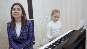 Piccolo ragazza sveglia controlla l'orecchio per vedere se c'? musica il suo insegnante video d archivio