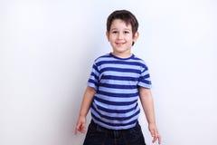 Piccolo ragazzo adorabile che ride, tiro dello studio su bianco Emozioni, tassa fotografia stock
