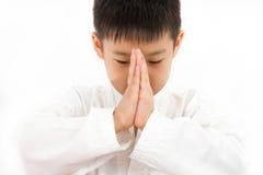 Piccolo ragazzo asiatico di karatè in kimono bianco Fotografia Stock Libera da Diritti