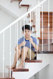 Piccolo ragazzo asiatico, perso nei pensieri e triste Fotografie Stock