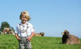 Piccolo ragazzo bavarese felice su un campo del paese durante il Oktoberfest in Germania immagine stock