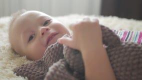 Piccolo ragazzo bello abbraccia un coniglio della peluche a casa, dell'interno Piccolo neonato che gioca con il giocattolo stock footage