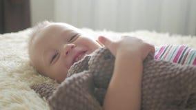 Piccolo ragazzo bello abbraccia un coniglio della peluche a casa, dell'interno Piccolo neonato che gioca con il giocattolo archivi video