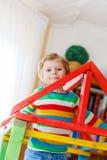 Piccolo ragazzo biondo del bambino che gioca in di legno selfmade Immagine Stock Libera da Diritti