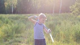 Piccolo ragazzo biondo fa l'esterno del sapone delle bolle video d archivio