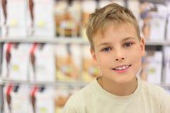 Piccolo ragazzo caucasico che sorride e che esamina macchina fotografica fotografia stock libera da diritti
