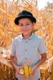Piccolo ragazzo caucasico sull'azienda agricola del cereale Stagione della raccolta SMI felice immagine stock libera da diritti