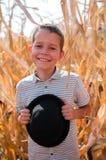 Piccolo ragazzo caucasico sull'azienda agricola del cereale Stagione della raccolta SMI felice immagini stock libere da diritti
